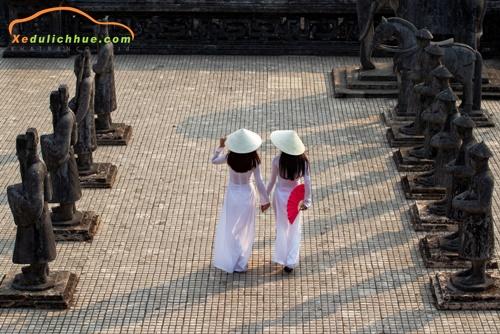 Không ăn mặc hở hang khi tham quan các di tích tại Huế